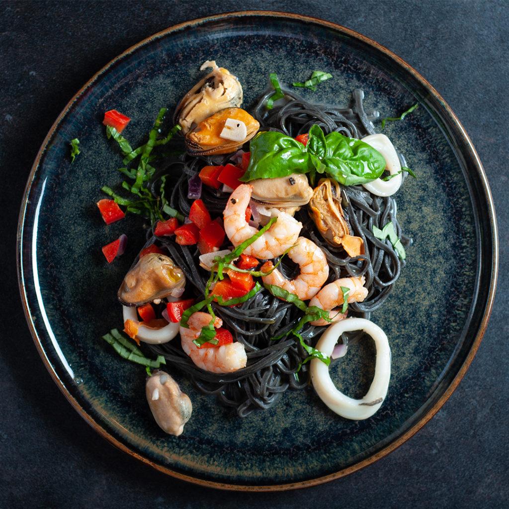 Schwarze Pasta mit Meeresfrüchten