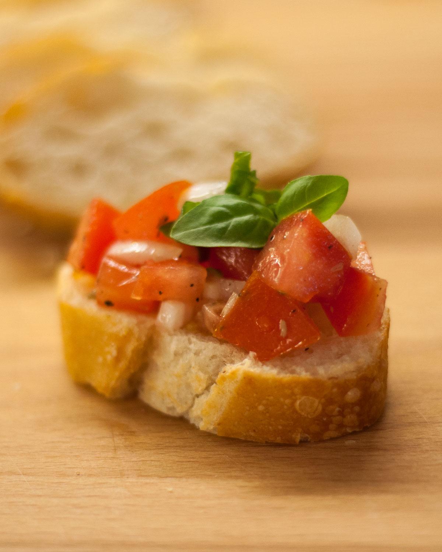 Bruschetta mit Tomaten, Zwiebeln und Basilikum