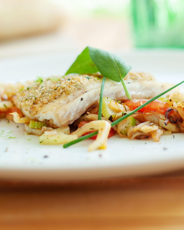 Fischfilet mit Kräuterkruste auf Tomaten-Fenchel-Gemüse