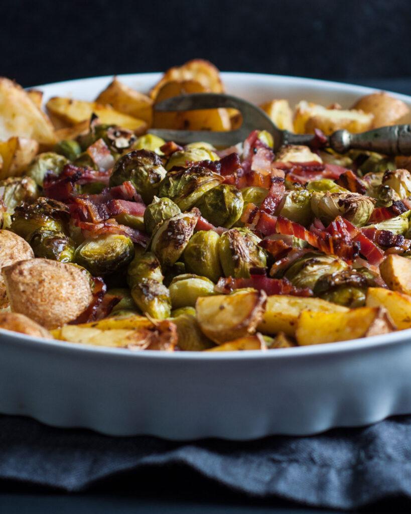 Gerösteter Rosenkohl und Kartoffeln aus dem Ofen