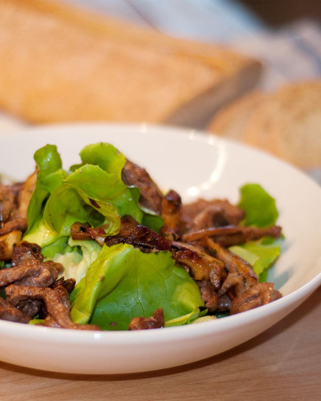 Salat mit Austernpilzen und Rinderstreifen