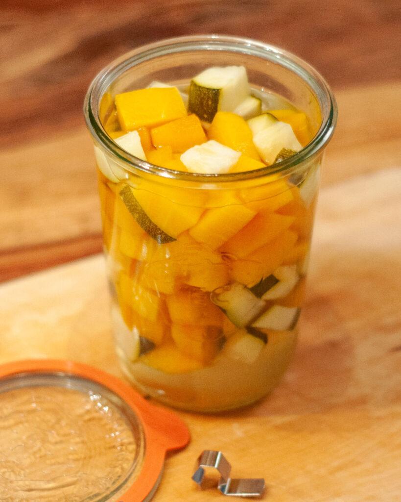 Kürbis und Zucchini, süß – sauer eingelegt