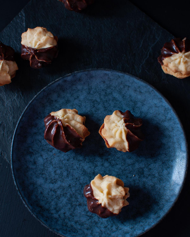 Marzipan-Spritzgebäck mit Kirschfüllung und Schokolade