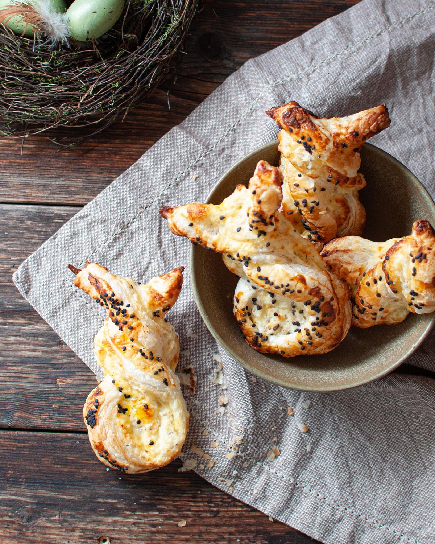 Herzhafte Blätterteig-Hasen mit Käse zu Ostern